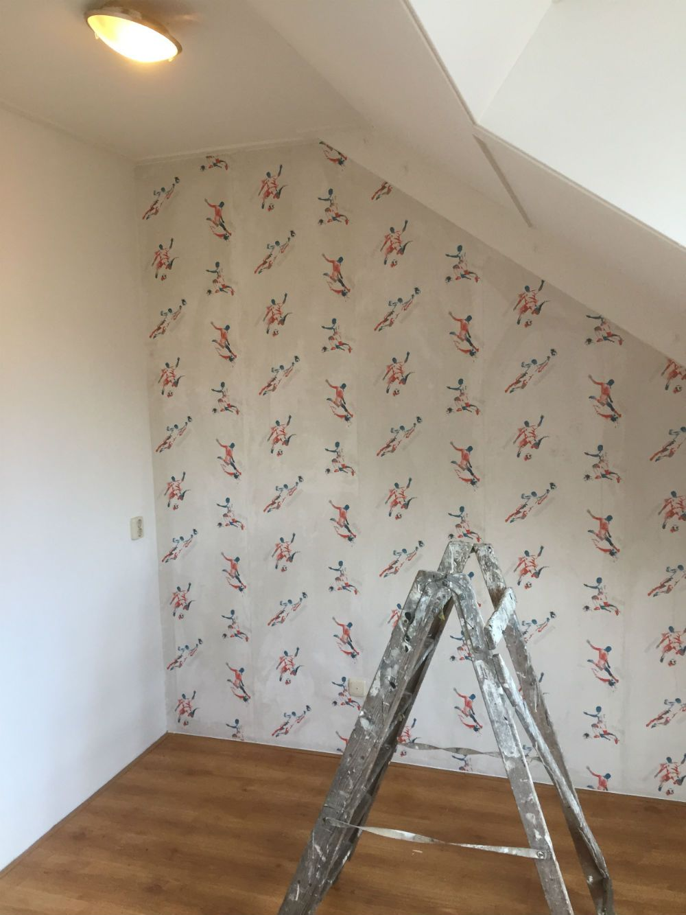 Kinderkamer geschilderd en behangen